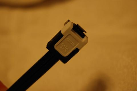 SATA3ケーブルも2本入っている。こっちは白いのでわかりやすい。