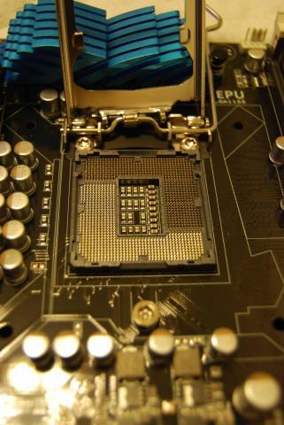 CPUカバーをはずしたところ。このピンに触れるのも厳禁。押し倒すなんて、もっとだめ。