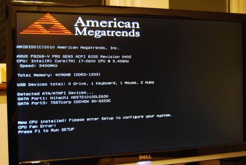 起動画面。CPUを認識してくれた。しかし、なぜかCPU FanError!がw 別になにも悪いことをしていないのに・・・原因は、ファンケーブルの差込が甘かったからだったらしい。でも、ファンは回っているのに・・・