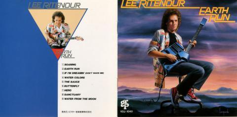 Leeが抱えている曲がったギターのようなのが
