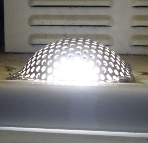 照明器具にはこういう編み目の部分があり...