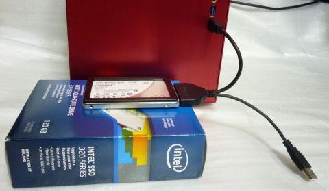 ぶら下がる形になるのもヤなので320のBOXの上に置いてるけどSSDは520