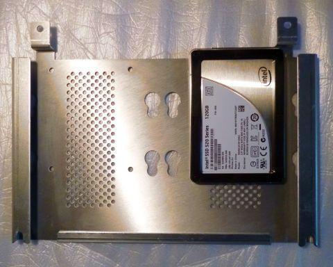 SSDはドライブ固定板の裏側に取り付ける