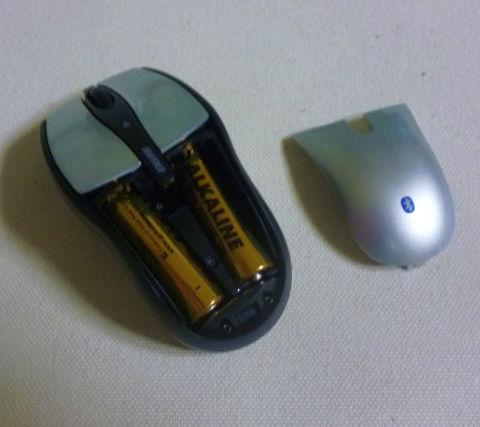 電池は背中から入れるよ。