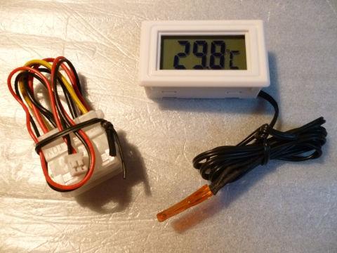見やすい大型の温度表示。ペリフェラル給電用電源ケーブル付