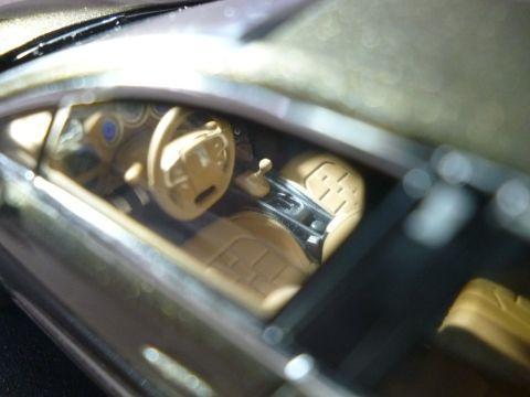 腕時計のベルトを模したというウォッチストラップデザインのシートも再現
