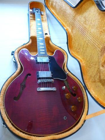 ワインレッドの美しいギター