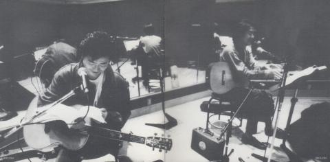 二人が生ギターを抱え歌っている、そんな作品