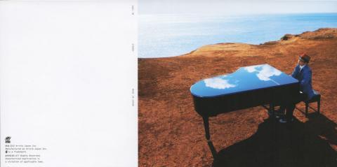 ピアノの天板に映った(合成かもしんないけど)空がキレイだなぁ...
