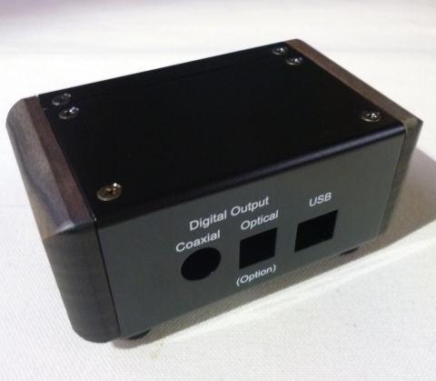 リア側は標準の同軸出力に加え、オプションの光デジタル出力とUSB入力