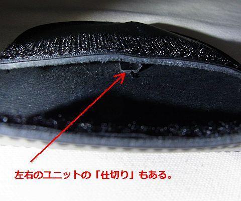 本革製のケースは左右に分かれている。