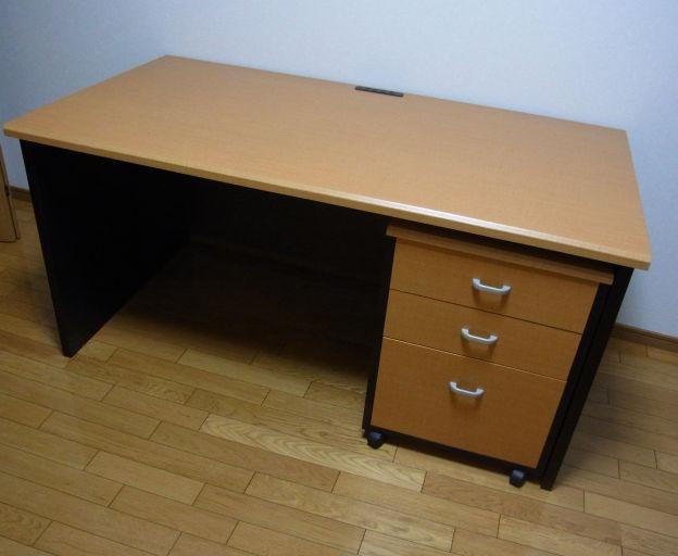 しっかりしたシンプルな机。