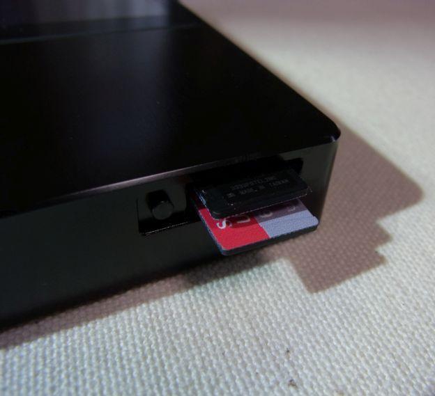 microSDカードスロットだけはケースをつけてはアプローチできない。