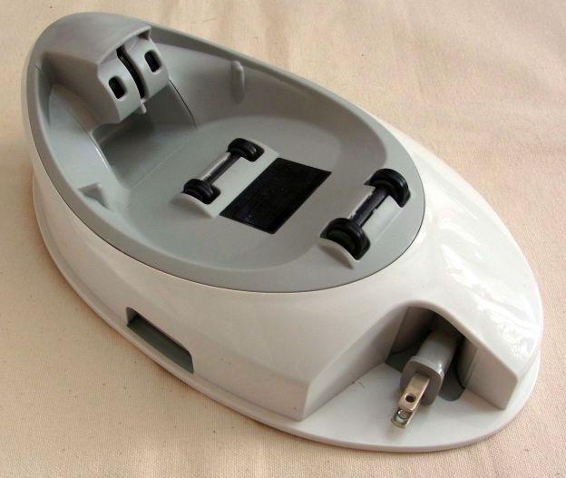 充電台。後ろの形状が入りくんでいるので、置くときにはきちんと置かないと×