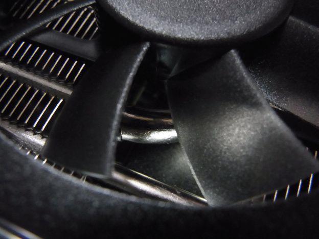 ファンの下にはぶっといヒートパイプとぎっしりと冷却フィンが敷き詰められる。