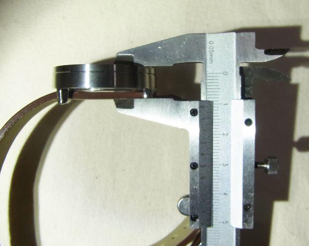 ..ベルトの厚みも含めて、腕から1cm以上「飛び出す」