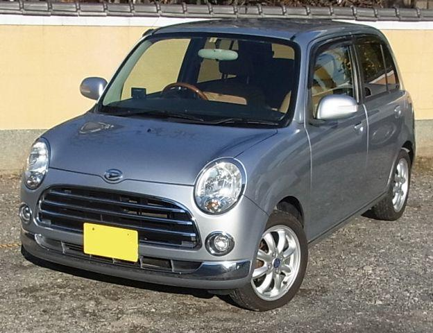 まだ街中でよく見かけるL650系ミラジーノで、色はありがちの銀