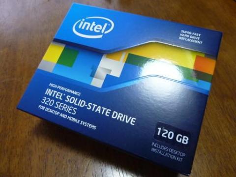Intel SSDの化粧箱はいつもかっこいいです。