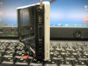 右側面: ACアダプタジャック、イヤーフォンジャック、USBポート、映像出力