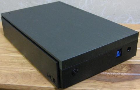 本体背面、左から、電源SW、USB3コネクタ、ACアダプタコネクタ