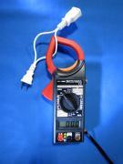 片方だけクランプメーターに挟めば、電流値を測定できます