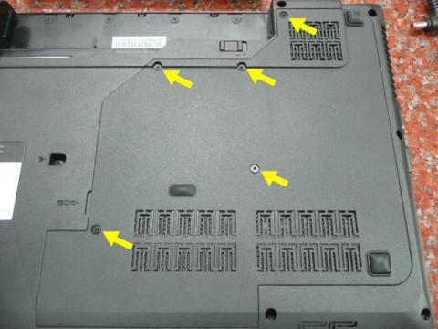 外すネジは5箇所(黄色の矢印の先)