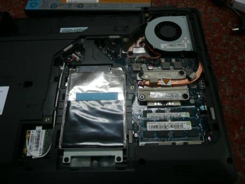 裏ブタを開けた。HDDもメモリも丸見え状態。簡単簡単。