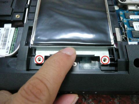HDDを固定しているネジ(赤丸部分)を外し、手前に引くとHDDが取れる