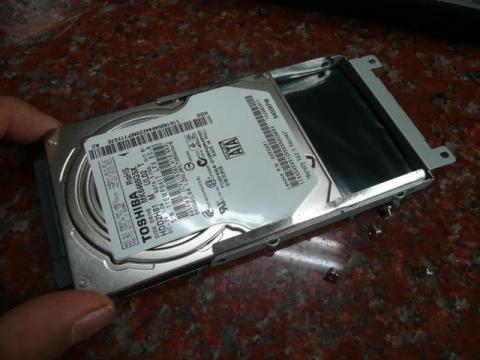 HDD枠側面のネジを4つ外してHDDを引き抜けば分解完了。
