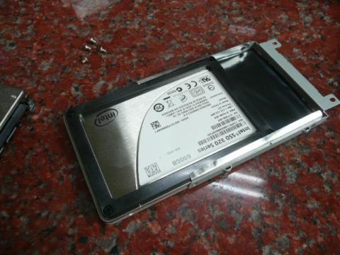 SSDをHDD枠にはめ込む