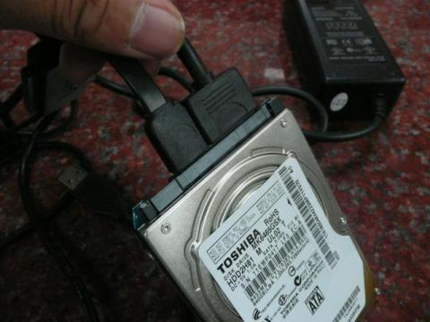 変換ケーブルをHDDにつなげる。