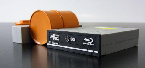 あのBDドライブ型USBメモリより分厚い。