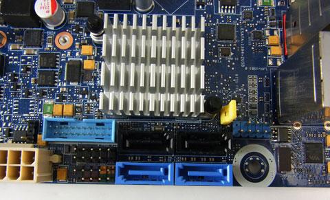 USB3.0とUSB2.0とフロントパネルとSATAとIEE1394の密集地帯