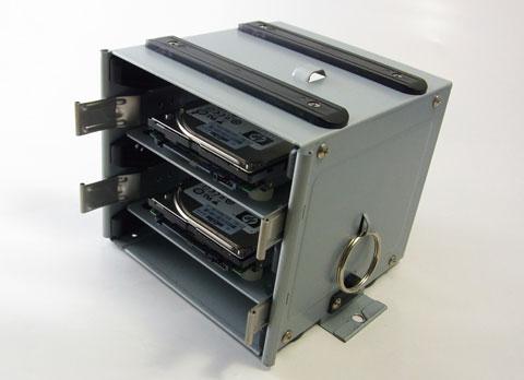 P183上部マウンタはそのまま2.5インチ搭載可能 下部は変換マウンタを挟んで2台の計4台搭載