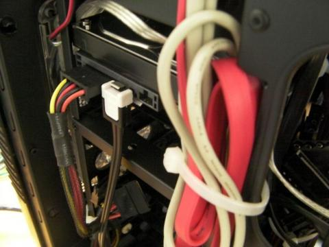 ケーブルがすべて結束バンドでしっかりと固定してあるので内部は整っています