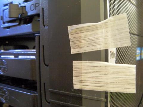 DVDドライブとHDDのケーブルを固定してた絶縁テープ