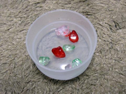 (1)同封の小石をキャップに入れます