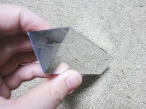 (4)三角にしてテープで留めます