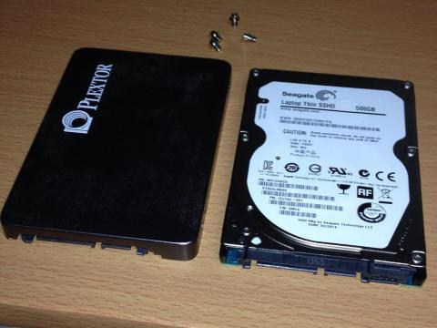 取り外したSSDと換装するSSHDを同じ向きに並べてみました