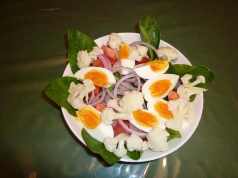 玉子 トマト ほうれん草 小松菜 赤玉ねぎ カリフラワーを使ってサラダ。大盛り!