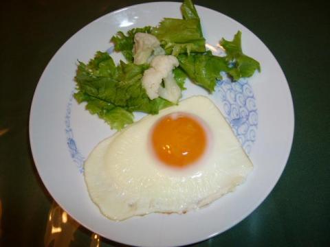 卵で目玉焼き、リーフレタス添え