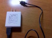 付属のUSBを充電器にさして使います。