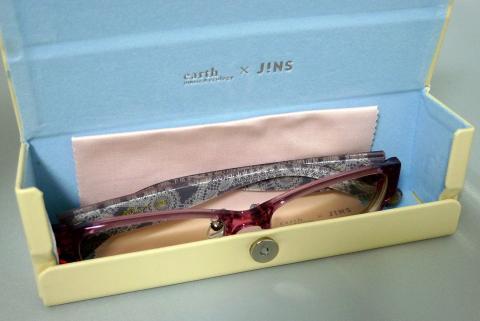 ケースの中の水色と眼鏡拭きのピンクのコントラストがまたカワイイ