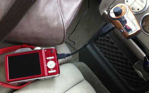 スマホ用にシガーソケットから充電できる機材があったので、簡単に充電できました
