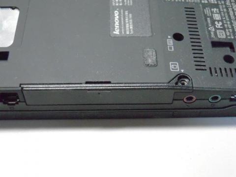 バッテリーを外した後HDD箇所のネジ1つを外す
