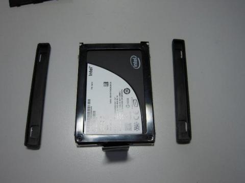 HDDの両端にあるゴムのスペーサーを外します