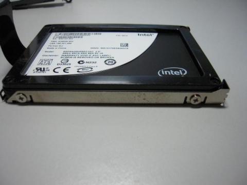 HDDはこのように両端から4つのネジでマウンタに固定されているのでネジを外します