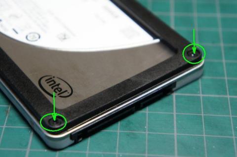 次にSSDのコネクタ側のネジを緩めます