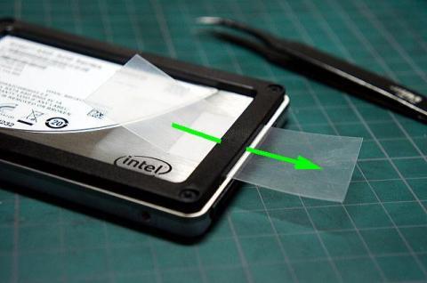 タブ素材をSSDのフレームの下に通します