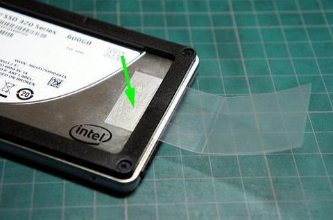 両面テープでタブ後端を貼り付けます